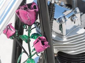 Rosen und weitere Accessories tragen die Lieblingsfarbe der Verstorbenen