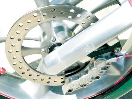 Rennsporttechnik: Achtkolben- Bremszange am Vorderrad, Schraubensicherung durch Bindedraht