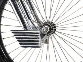 Art Deco: Die kleinen Hermesflügel knapp unter der Vorderachse lenken optisch gekonnt vom Fehlen einer Vorderradbremse ab