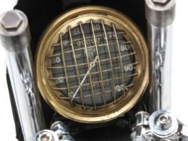 Der echte 5-Zoll-Tachon von Smith zeigt die magischen 100 Meilen pro Stunde