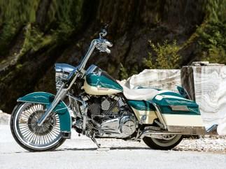 Großes Vorderrad, tiefes Bike, extra lange Fishtails, Apehanger, und viel Chrom – Chicano-Style