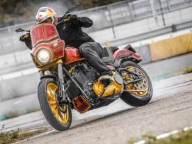 Da brennt die Luft und der Gummi: Stuntfahrer-Legende Chris Pfeiffer zieht ordentlich am Hahn der gedopten Low Rider S