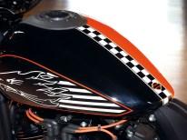 Die Chequered Flag als Trenngrafik zwischen den beiden Farben ist zwar nicht überliefert, bringt das Thema Racing aber zusätzlich bestens auf den Punkt