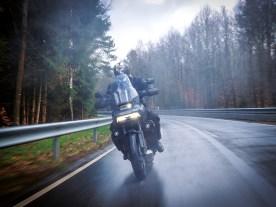 Wir haben uns bei dem kalten Dreckswetter erstaunlich sicher auf den Serienreifen gefühlt … ein Novum bei Harley