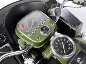 Informationsflut auf Polnisch: Gleich sechs Uhren und elf Warnlämpchen verbaute Stanislaw in seinem opulenten Cockpit