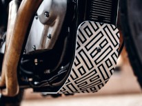 Versprüht einen Hauch von Flat-Track-Feeling: Motor- beziehungsweise Downtube-Schutz samt interessanter Grafik