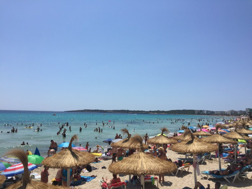 Mallorca Strand Cala Millor Sonnenschirme dichtes Gedränge