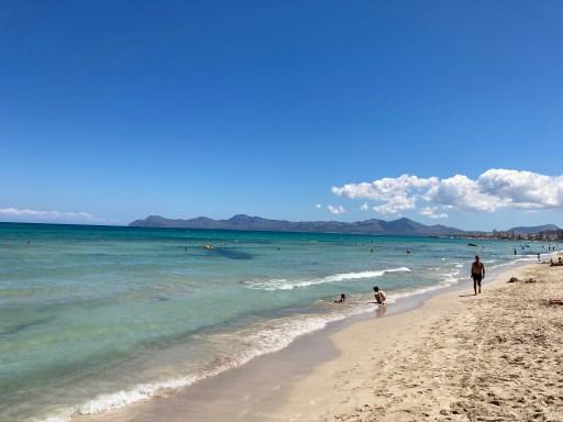 Leerer Strand von Can Picafort im Sommer 2020.