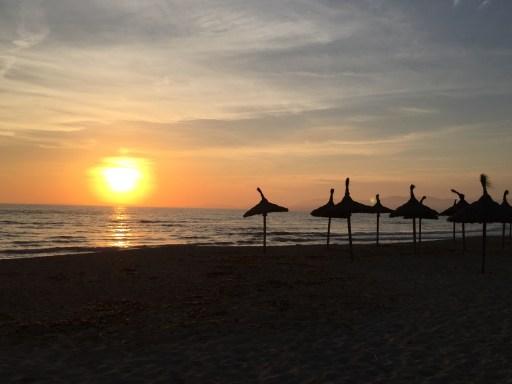 Sonnenuntergang an der Playa de Palma auf Mallorca.