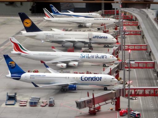 Verschiedene Flugzeuge am Flughafengate.