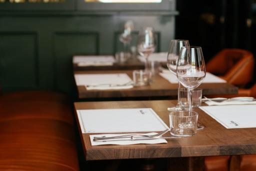 Leere Restauranttische in einem Lokal.