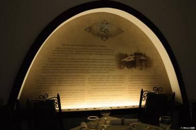 Arcadă decorativă cu istoricul Restaurantului Cercul Gospodinelor
