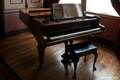 Piano Benches: Accessorizing Your Piano with Benches & Lamps