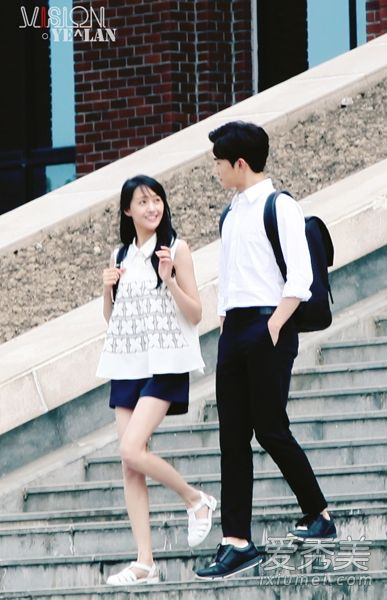 """Wei Wei and Xiao Nai walking on the steps of the university (My guess – it's the first meeting. White sandals, the """"conservative"""" white shirt)"""