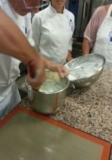 Fransız merengi ve yumurta karıştırılıyor