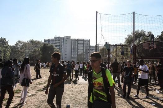 les habitants de la cité des Indes et de la cité 84 réunis devant le terrain de foot