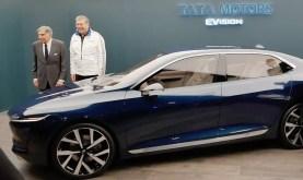 Ratan Tata (CEO Tata Group) und Günter Butschek (CEO Tata Motors) zeigen die Konzeptversion der Limousine E-Vision auf dem Genfer Autosalon