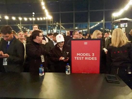 Warten auf die Probefahrten im Model 3