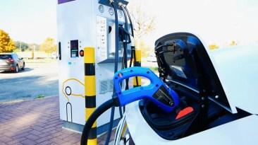 Elektromobilität Laden an Schnellladesäule