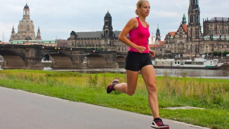 Die Wettkampfläuferin Juliane Schmidt beim Coaching von Training³ vor historischer Kulisse.