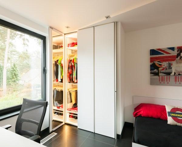 Witte inbouwkast op maat met spiegel in de deuren.