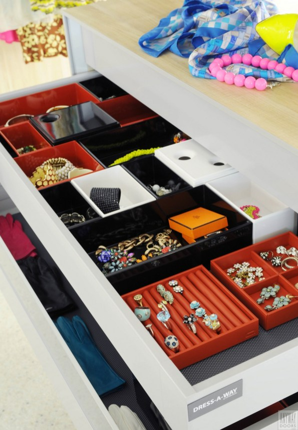 garderobekast met lade en functionele inrichting voor juwelen, sieraden en allerlei kleine zaken