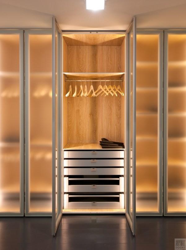 Garderobekasten op maat met glazen deuren.