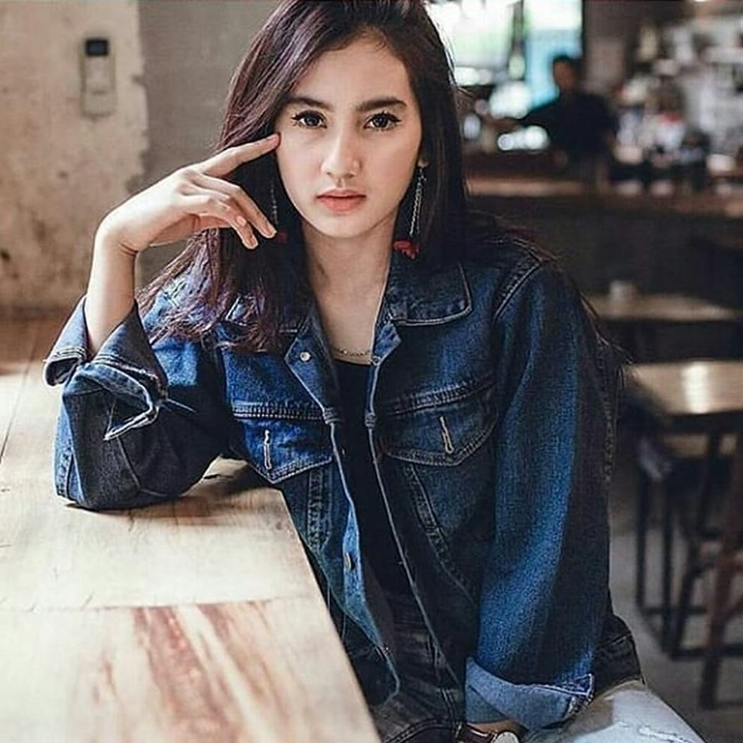 Denim jacket for women street style ideas (08)