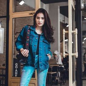 Denim jacket for women street style ideas (10)