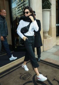 Elleuk.com Kendall Jenner Rocking A Retro Nineties Bum Bag Is Our New Fashion Obsession: Fannypack Outfits Street Style Ideas