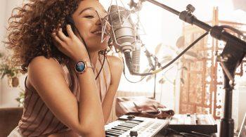 Die neuen Smartwatches haben mit einem Kasten nichts mehr zu tun - mit ihren Lederbändern und ihrem Glitzer setzen sie stattdessen modische Akzente. Das findet auch die britische Sängerin und Songwriterin Izzy Bizu.