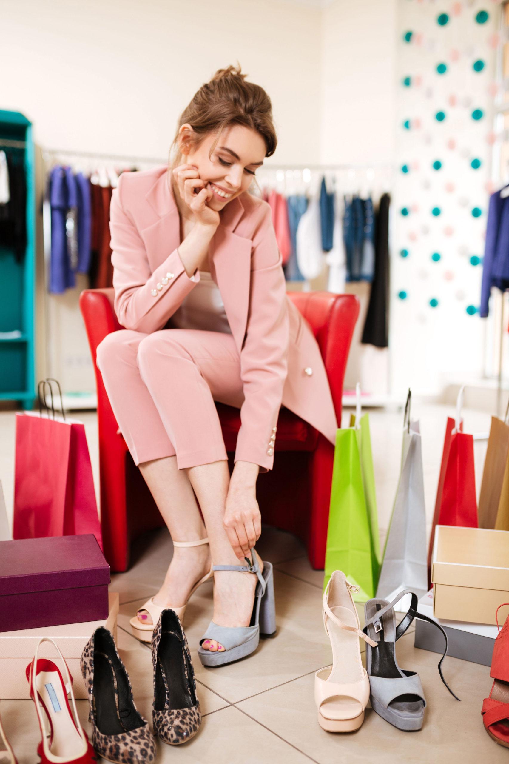 Frau probiert Schuhe an - XL-Schuhe