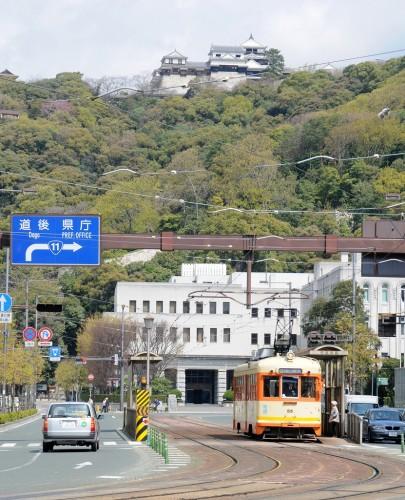松山城をバックに 58