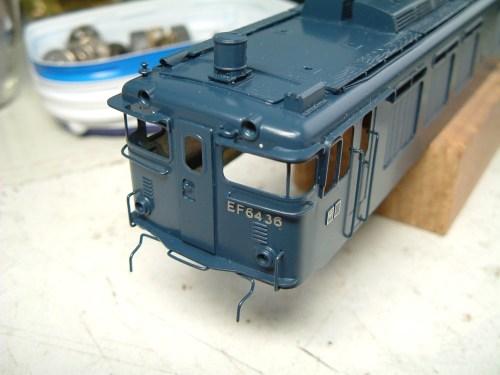 前照灯の庇を付けないまま塗装を始めたことに気づき、しまい込んでいたEF6436