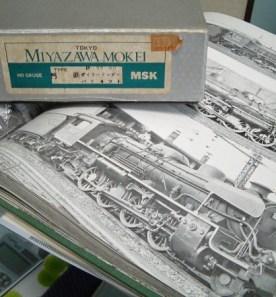 バラ��ットの外箱。値��は3950円!下の写真集はいつも参考にする小寺康��さんの「蒸気機関車の角度」