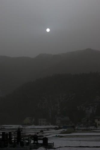 白馬駅のホームから見た東の空に上がる月の様な不気味な太陽