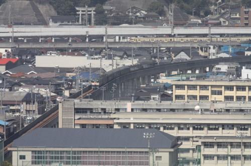 山陽線下り115系 353Mが通過。手前の校舎は県立三原高校。