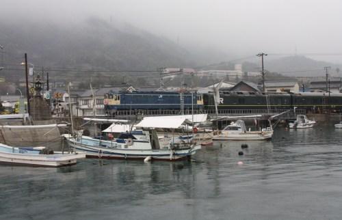 雨の船溜まりを行くトワイライト