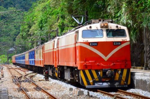 三貂嶺駅を通過する荷物列車