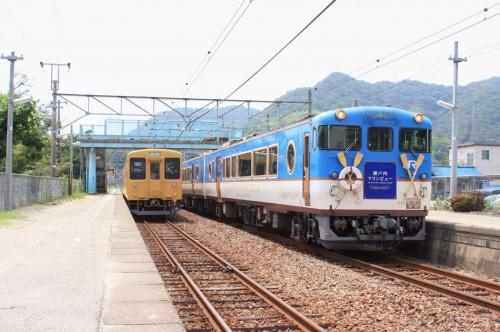 安芸幸崎駅で143Mと交換する上り回送列車