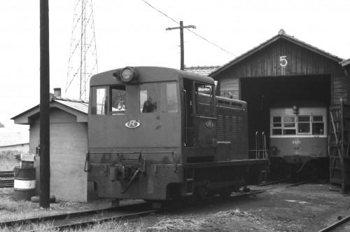 昭和44年8月2日 南岡山機関区にて うしろは元中国鉄道キハニ2000改めキハ3001