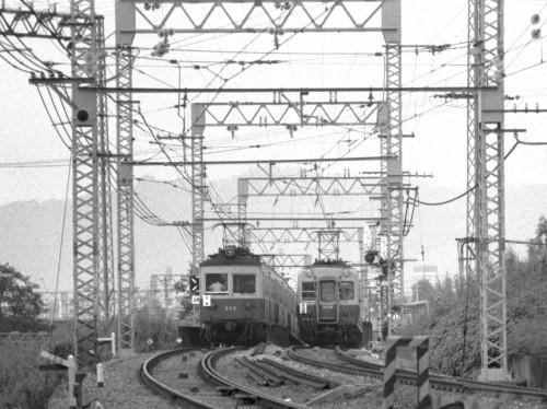 昭和44年8月28日 丹波橋駅北 近鉄とのクロス鉄橋を渡る三条行500型 と2000型