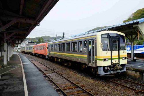 朝の通勤列車 宍道発キハ120 4連が「奥出雲おろち号」と同じホームで連絡
