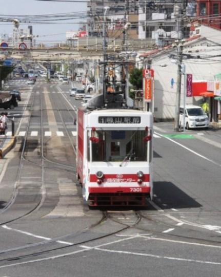 折り返しする7301号(元呉市電700型の台車、機器を流用)   左の2線は車庫へ、右の1線は留置線へ続く
