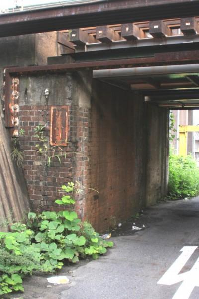 山陽鉄道時代の橋台が今も残る。
