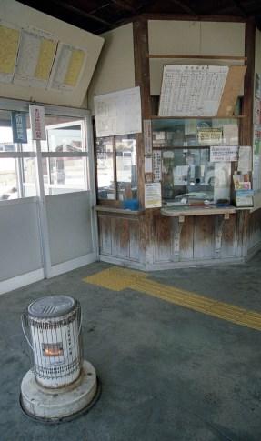 冬の待合室  石油ストーブが一つ