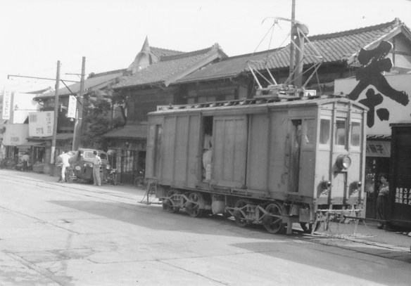 二モ1は列車交換で待機中であった。