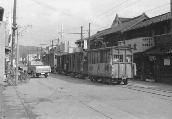 列車交換の福島着が到着するや即座に発車、速度は自転車並み