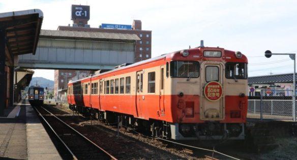 津山駅で休む「姫新線開業80周年記念号」