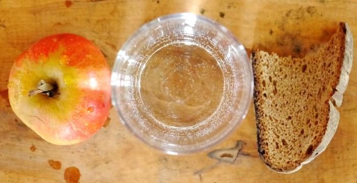 post jabuka, hleb i voda